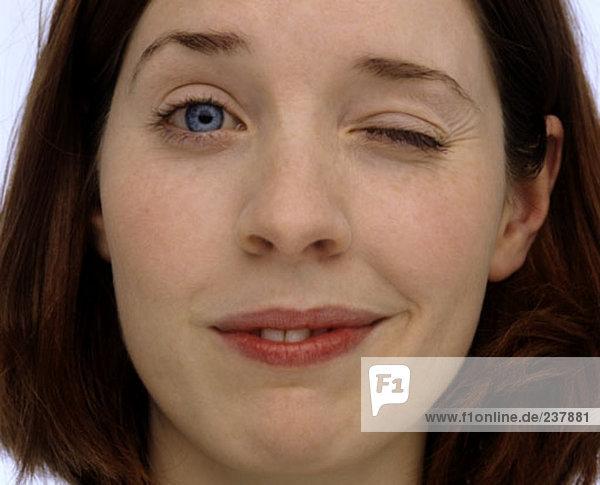 Portrait einer jungen Frau winking