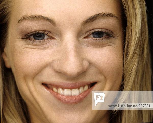 Porträt von blonde junge Frau