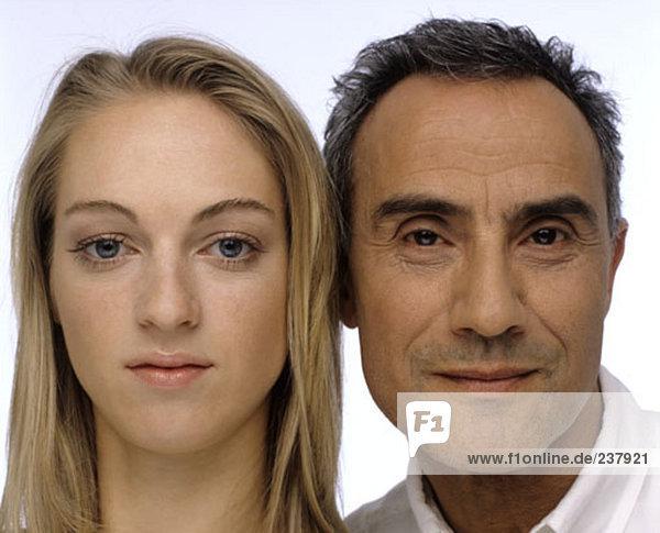 Nahaufnahme Portrait älterer Mann und junge Frau