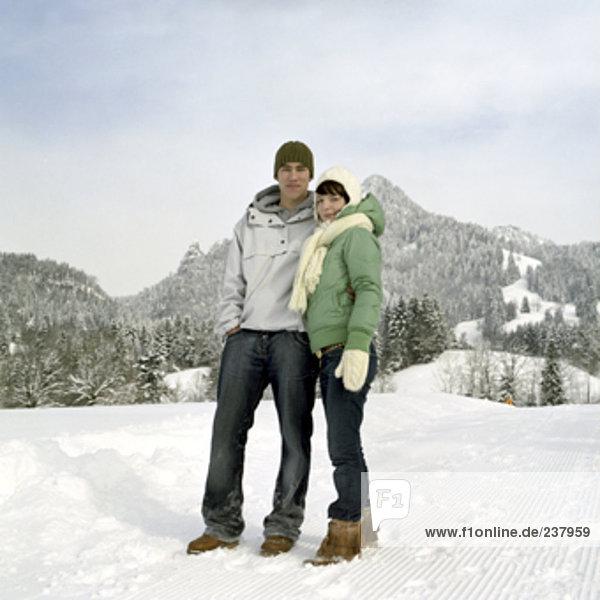 Portrait von teenage Paar im Schnee