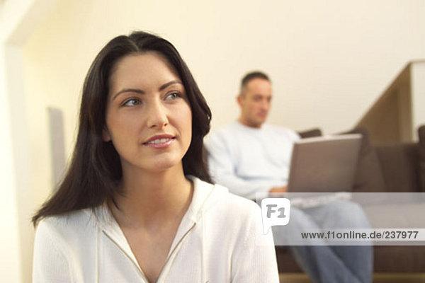 Portrait Frau Mann Computer sehen arbeiten jung Nachdenklichkeit