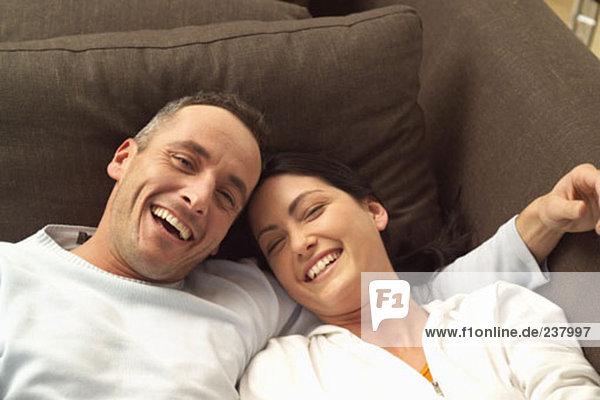 Portrait des Lachens Paar auf sofa