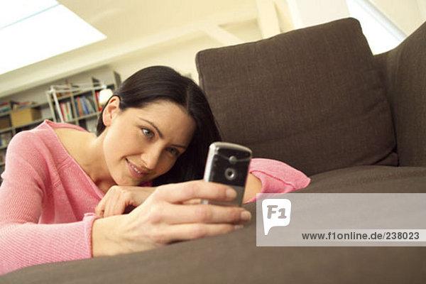 Young Frau blickt auf Anzeige der mobile