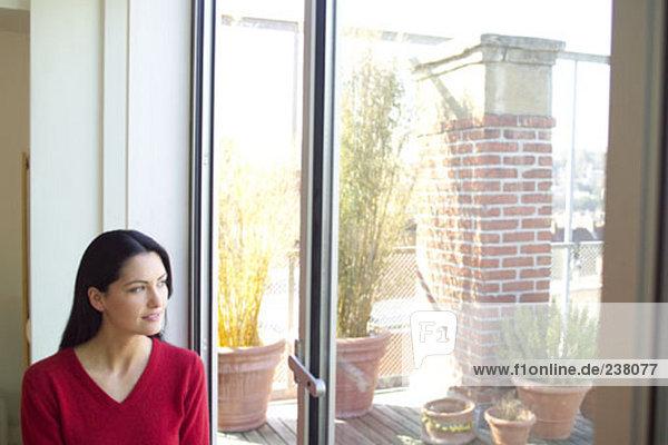 junge Frau junge Frauen sehen Fenster blättern