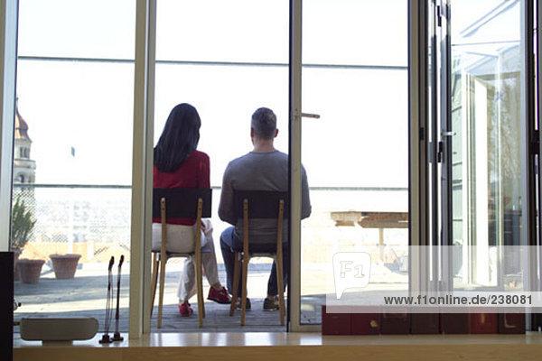 paar sitzen auf einem Balkon von ihrem Wohnzimmer aus gesehen