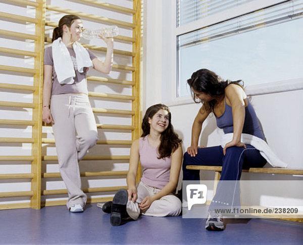 weibliche Gruppe entspannenden im Fitness-Studio