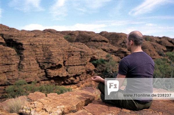 Mann Meditation in offene Landschaft