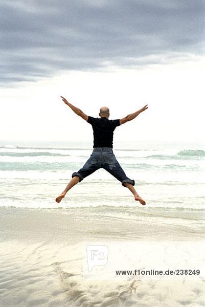 Mann Strand springen