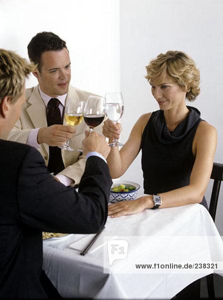 Gruppe von Geschäftsleute zu Tabelle Restaurant der