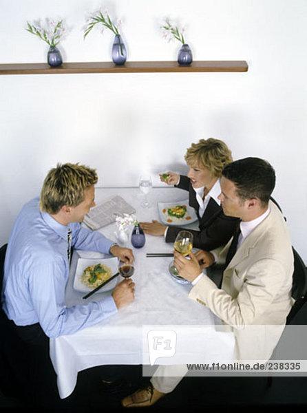 Gruppe von Business-Menschen  die Diskussion am Tisch im restaurant