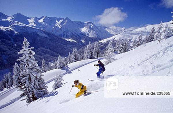 Paar Ski in Winterlandschaft