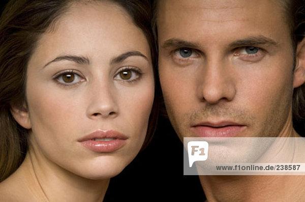 Porträt jungen Paares Wange an Wange