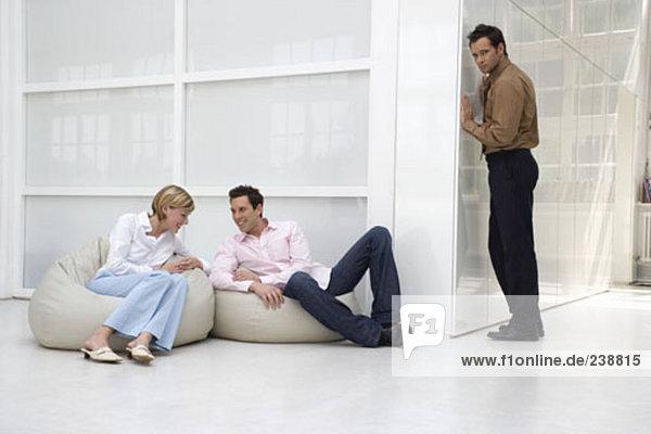 misstrauisch Geschäftsmann Gespräch zwei Business Kollegen anhören  entspannende und klatschen