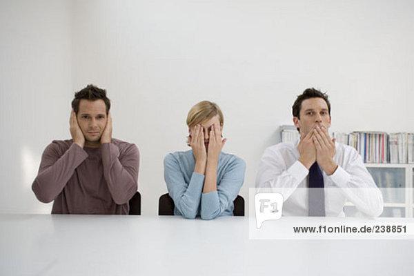 drei Büroangestellte spielen die drei Weisen Affen  hear no Evil nichts Böses nichts Böses sprechen finden Sie unter