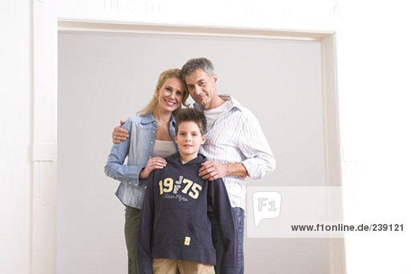 Pose Sohn Menschliche Eltern Eigentumswohnung neues Zuhause