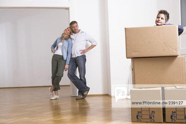 Entspannung Sohn Menschliche Eltern Bewegung Eigentumswohnung spielen neues Zuhause