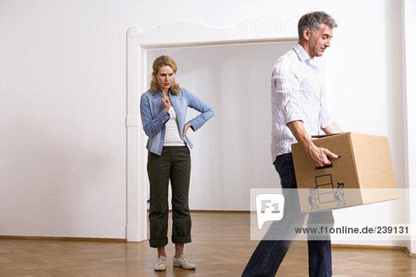 Frau sehen Bewegung Streß Eigentumswohnung neues Zuhause