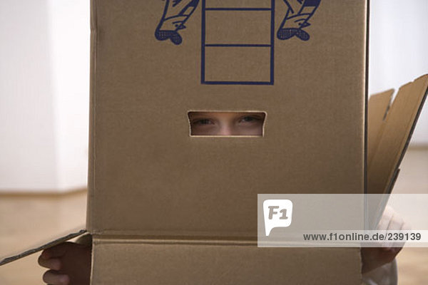verstecken Junge - Person innerhalb Umzug umziehen ausziehen einziehen Eigentumswohnung Pappe neues Zuhause