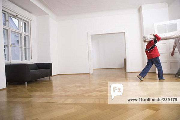 Menschlicher Vater Sohn Zimmer Menschliche Schulter Schultern Teppichboden Teppich Teppiche verlassen