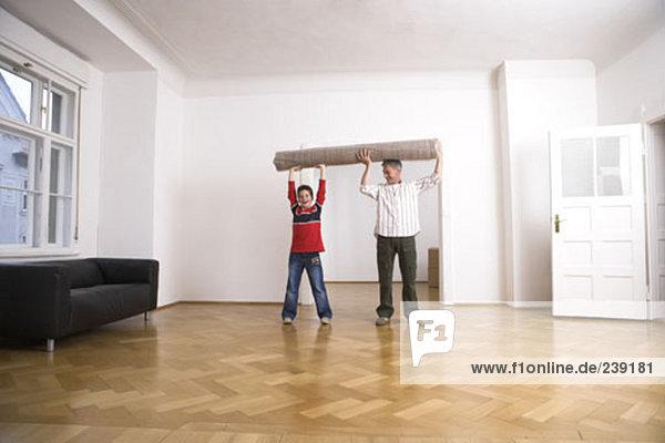 hoch oben rollen Menschlicher Vater Sohn halten Teppichboden Teppich Teppiche Himmel