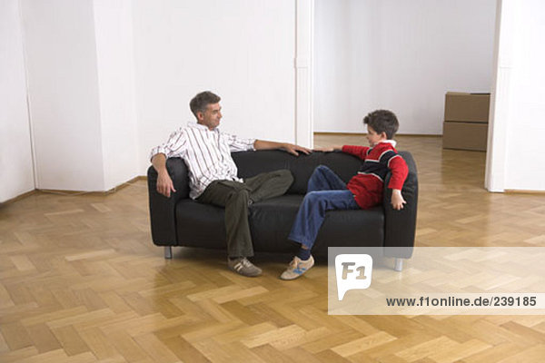 sitzend Menschlicher Vater Sohn Couch Eigentumswohnung Leder neues Zuhause