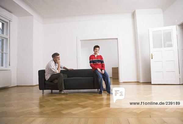 leer sehen Menschlicher Vater Sohn Zimmer Eigentumswohnung neues Zuhause
