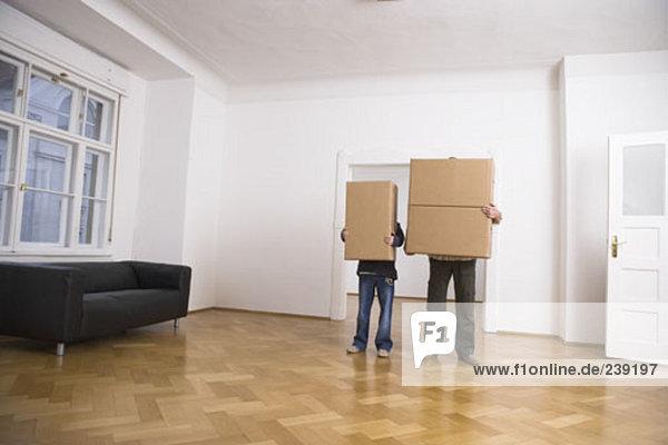 leer Mann Junge - Person Zimmer halten Bewegung Eigentumswohnung neues Zuhause