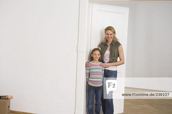 Fröhlichkeit Tochter Eigentumswohnung Mutter - Mensch neues Zuhause