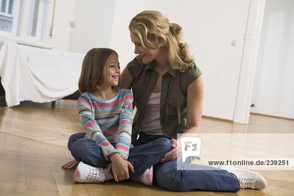 lächeln Tochter Eigentumswohnung Mutter - Mensch neues Zuhause