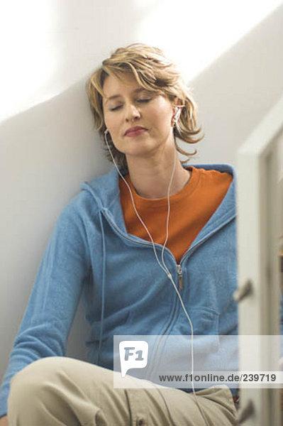 Reife Frau Musik hören über Kopfhörer