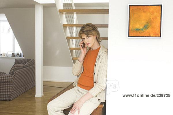 Stufe  sitzend  Interior  zu Hause  Frau  sprechen  sehen  Nervosität  unterhalb