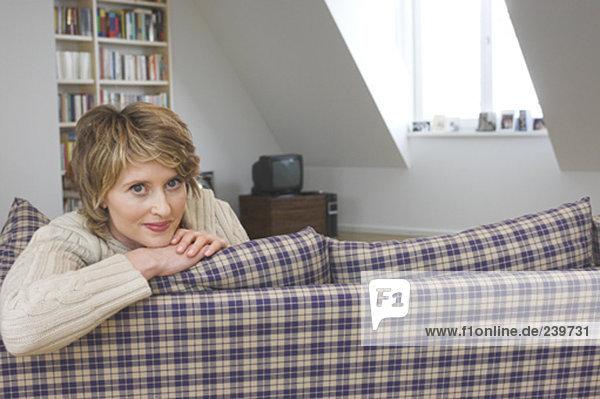 sitzend  Interior  zu Hause  Portrait  Frau  Couch  Zimmer  reifer Erwachsene  reife Erwachsene  Wohnzimmer