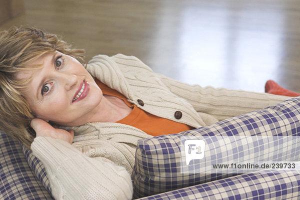 Portrait reife Frau auf der Couch liegen