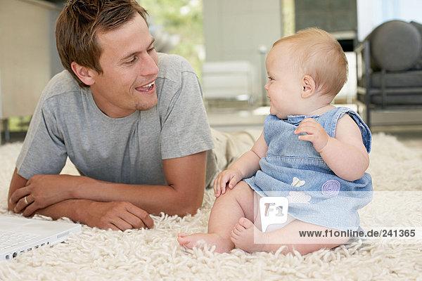 Porträt eines Vaters mit kleiner Tochter