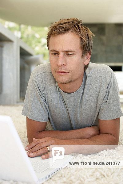 Porträt eines Mannes mit einem Laptop-Computer