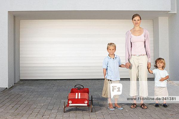 Mutter und Kinder standen vor der Garage