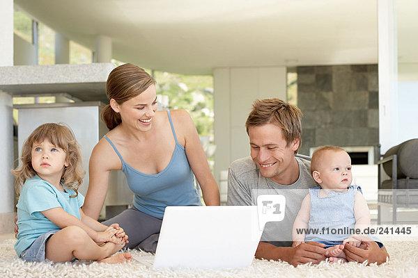 Familie mit Laptop-Computer