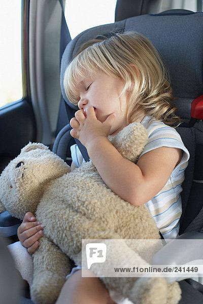 Junges Mädchen schläft im Auto