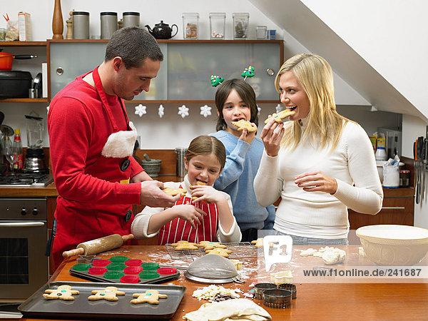 Familie isst Lebkuchenmänner