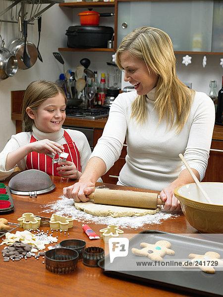Mädchen und Mutter machen Kekse