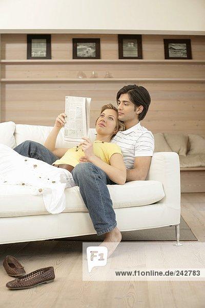 Junges Paar liest gemeinsam Zeitung  fully_released