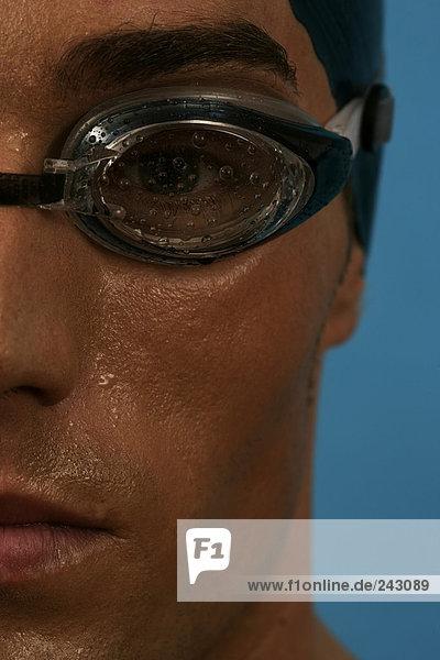 Close-up Porträt von einem Schwimmer mit Badekappe und Schwimmbrille  fully_released Schwimmkappe und Schwimmbrille