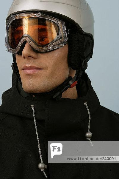 Ein Mann mit Skibrille und Schutzhelm  fully_released