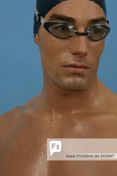 Porträt von einem Schwimmer mit Badekappe und Schwimmbrille  fully_released Schwimmkappe und Schwimmbrille
