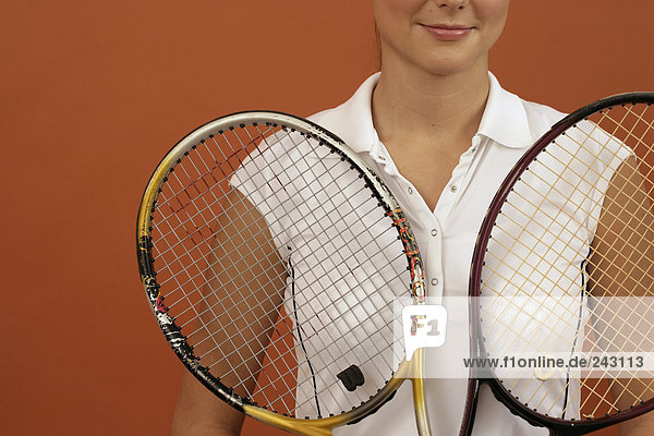 Tennisspielerin mit zwei Tennisschlägern  fully_released