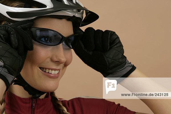 Mountainbikerin setzt Sonnenbrille auf  fully_released