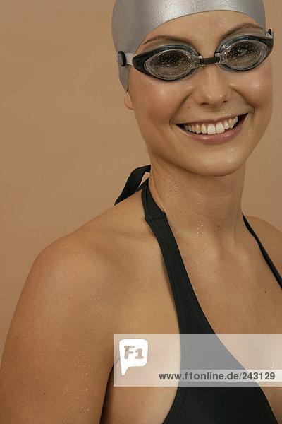 Lächelnde Schwimmerin mit Badekappe und Schwimmbrille  fully_released Schwimmkappe und Schwimmbrille