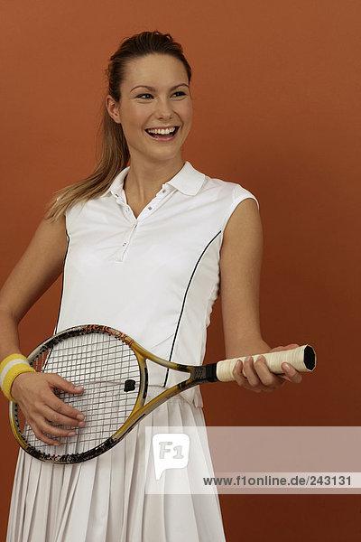 Lachende Tennisspielerin benutzt Schläger als Gitarre  fully_released