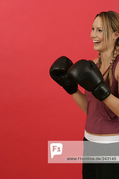Lachende Frau mit Boxhandschuhen  fully_released