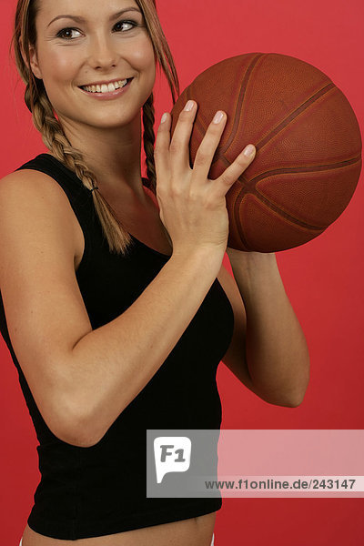 Junge Frau spielt Basketball  fully_released